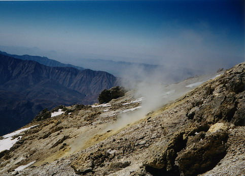 Серни изпарения малко преди върха (Б. Петров)